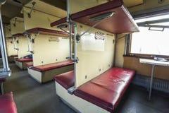 Interior del tren del vintage con los asientos del coche- Foto de archivo libre de regalías