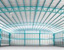 Interior del uso vacío del almacén de la estructura para el fondo de la industria Fotos de archivo libres de regalías