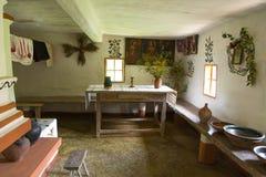 Interior del viejo hogar rural ucraniano Imagen de archivo libre de regalías