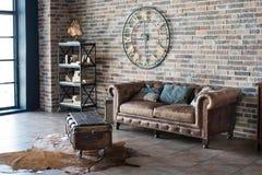 Interior del vintage con el sofá de cuero Fotografía de archivo