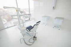Interior dental da clínica com equipamento moderno da odontologia, lugar de trabalho da cirurgia do dentista imagem de stock