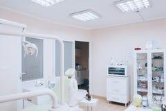 Interior dental da clínica Conceito da odontologia, da medicina e do stomatology Tom branco fotografia de stock