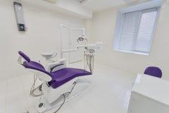 Interior dental de la clínica con el equipo moderno de la odontología imagen de archivo
