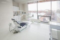 Interior dental de la clínica con el equipo moderno de la odontología fotos de archivo libres de regalías