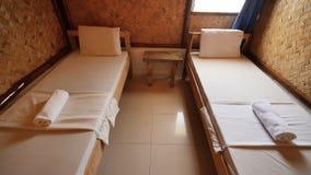 Interior dentro de uma sala barata em um hotel barato em países asiáticos Sala para duas pessoas vídeos de arquivo
