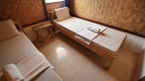 Interior dentro de un cuarto barato en un hotel barato en países asiáticos Sitio para dos personas almacen de video