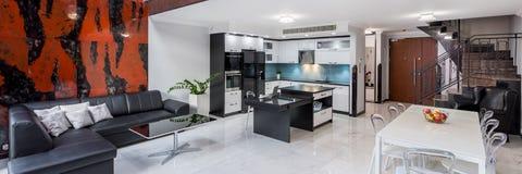 Interior design alla moda in appartamento, panorama fotografia stock libera da diritti