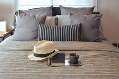 Interior design alla moda della camera da letto con i cuscini a strisce sul letto Fotografia Stock