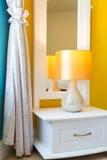 Interior design: Camera da letto moderna, gabinetto del lato del letto Fotografie Stock Libere da Diritti