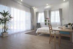 Interior design della camera da letto dell'hotel Studio bianco della regolazione della camera da letto per affitto Fotografia Stock Libera da Diritti