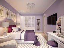 Interior design della camera da letto in tonalità del lillà Fotografie Stock
