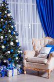 Interior design della stanza di Natale, albero di natale decorato dalle luci, presente, regali, giocattoli e Garland Lighting fotografia stock
