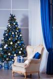 Interior design della stanza di Natale, albero di natale decorato dalle luci, presente, regali, giocattoli e Garland Lighting immagini stock libere da diritti