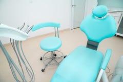 Interior design dentario della clinica con la sedia e gli strumenti immagini stock
