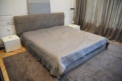 Interior design moderno della camera da letto con il letto Fotografie Stock Libere da Diritti