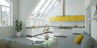 Interior design piano luminoso moderno con gli accenti gialli Immagine Stock