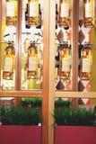 Interior design in un caffè, ristorante Bottiglie di vino fotografie stock libere da diritti