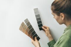 Free Interior Designer Selecting Wall Paint Color From Samples Stock Photos - 170586493