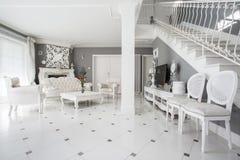 Interior diseñado de la residencia costosa fotos de archivo libres de regalías