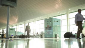 Interior do aeroporto moderno com os povos na pressa video estoque