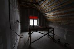 Interior do apartamento com quadro novo do andaime da janela e dos materiais, das brocas, do nível durante na renovação, da revis foto de stock