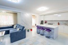Interior do apartamento de estúdio branco moderno com cozinha fotos de stock