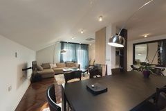 Interior do apartamento do sótão, o espaço para refeições Fotografia de Stock