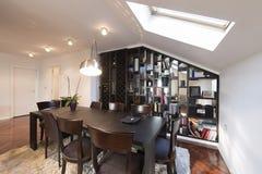 Interior do apartamento do sótão, o espaço para refeições Foto de Stock Royalty Free