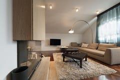 Interior do apartamento do sótão - sala de visitas com chaminé Imagens de Stock