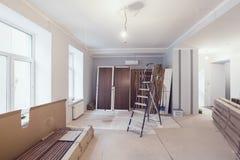 Interior do apartamento durante a construção, a remodelação, a renovação, a extensão, a restauração e a reconstrução - ladde imagem de stock