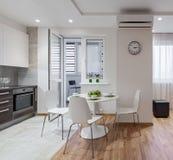 Interior do apartamento moderno no estilo escandinavo com cozinha Fotos de Stock