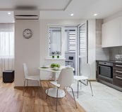 Interior do apartamento moderno no estilo escandinavo com cozinha Imagens de Stock Royalty Free