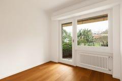 Interior do apartamento moderno, sala com janela imagem de stock royalty free