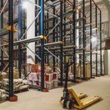 Interior do armazém com prateleiras vazias Fotografia de Stock Royalty Free