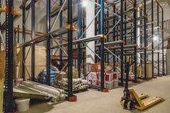 Interior do armazém com prateleiras vazias Fotografia de Stock