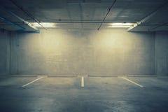 Interior do armazém da garagem de estacionamento com quadro de avisos vazio Imagem de Stock Royalty Free