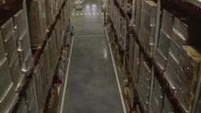 Interior do armazém de distribuição video estoque