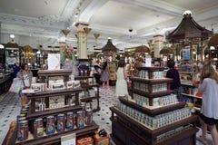 Interior do armazém de Harrods, área dos doces em Londres Fotografia de Stock