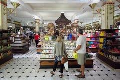 Interior do armazém de Harrods, doces e área dos doces em Londres Fotografia de Stock Royalty Free