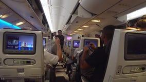 Interior do avião do passageiro video estoque