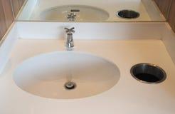 Interior do banheiro com dissipador branco Foto de Stock