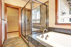 Interior do banheiro com guarnição de mármore da telha Vista da cabine de vidro do chuveiro foto de stock royalty free