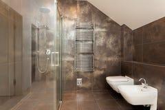 Interior do banheiro de Brown fotos de stock