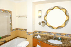 Interior do banheiro do hotel luxuoso na iluminação da noite Foto de Stock