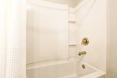Interior do banheiro Vista da banheira branca e da cortina de chuveiro branca fotos de stock