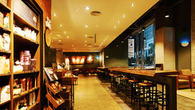 Interior do café de Starbucks Fotos de Stock Royalty Free