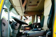 Interior do caminhão moderno da limpeza do esgoto de Renault Industrial foto de stock royalty free