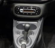 Interior do carro, alavanca da caixa de engrenagens e painel do console central Imagens de Stock