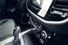 Interior do carro Carro moderno painel iluminado Conjunto luxuoso do instrumento do carro Tiro ascendente pr?ximo do painel de in imagem de stock