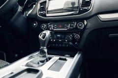 Interior do carro Carro moderno painel iluminado Conjunto luxuoso do instrumento do carro Tiro ascendente pr?ximo do painel de in fotografia de stock royalty free